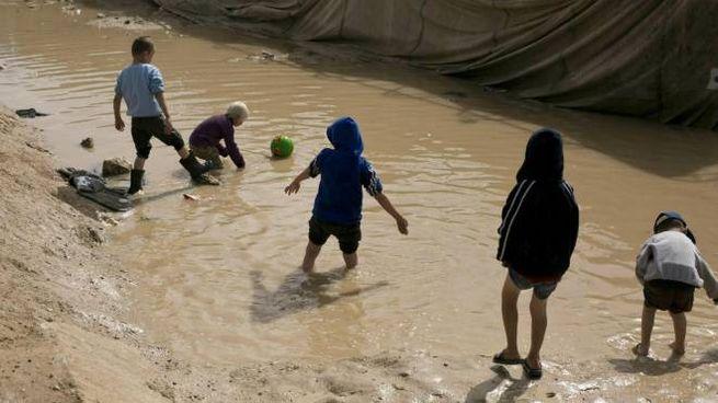 Bambini in un campo in Siria gestito dai curdi (Ansa)