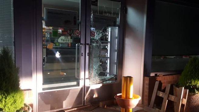 La porta sfondata del bar del distributore
