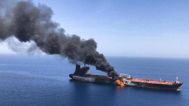 Una delle due petroliere in fiamme nel golfo dell'Oman (Ansa)