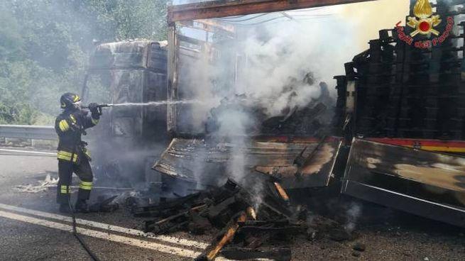 Camion in fiamme sulla superstrada Firenze-Pisa-Livorno