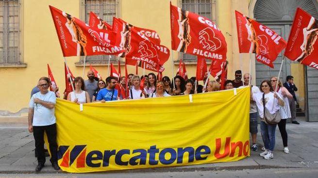 Una manifestazione di ormai ex dipendenti a Reggio