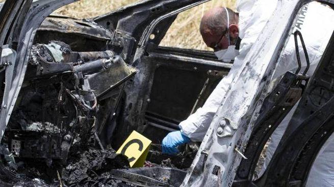 Torvaianica, indagini sulla carcassa dell'auto bruciata (Ansa)