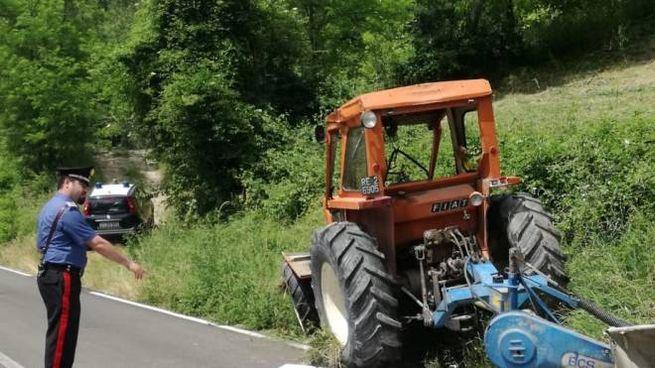 Il mezzo agricolo si è ribaltato sulla provinciale