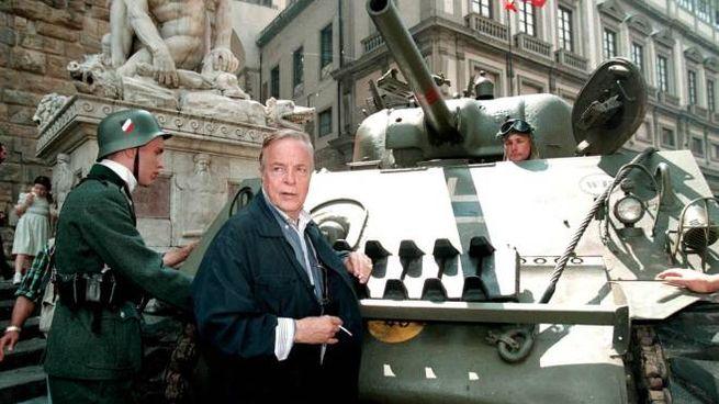 """Zeffirelli in piazza della Signoria sul set di """"Un tè con Mussolini"""""""