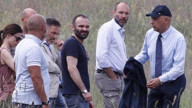 Sopralluogo degli inquirenti (foto Paolo Lazzeroni)
