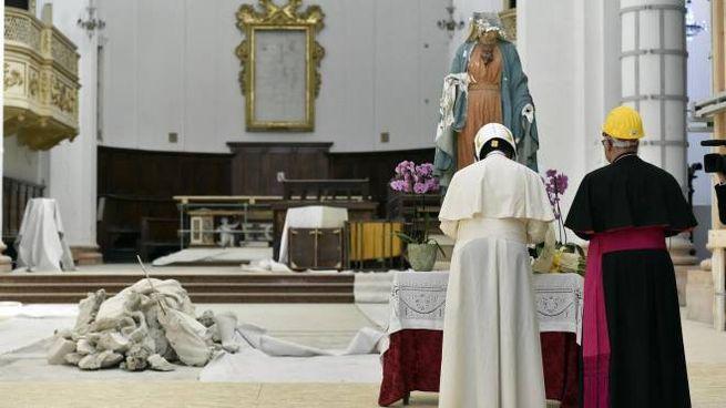 Papa Francesco nella cattedrale di Camerino danneggiata dal sisma (Foto Ansa)