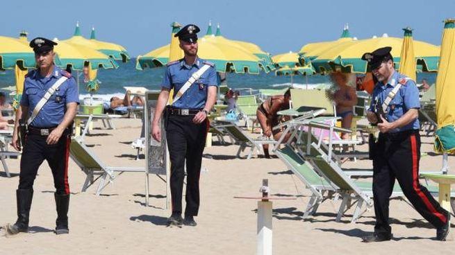 Controlli dei carabinieri in spiaggia dopo la denuncia della turista (foto Migliorini)