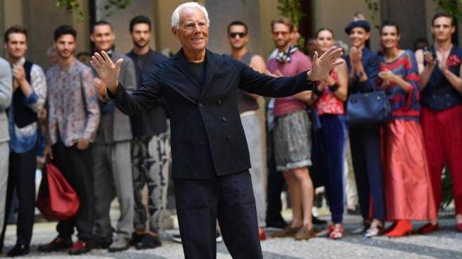 Giorgio Armani con i modelli della collezione primavera-estate 2020 (Ansa)