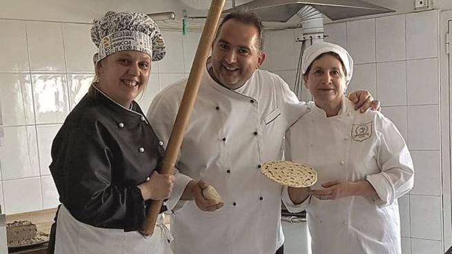 Roberto Gattei con la fidanzata Marinella e la madre Maria impegnati con la maturità