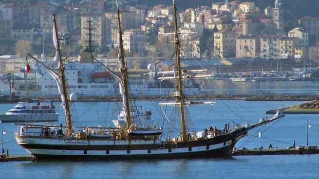 La nave scuola della Marina Militare Palinuro all'ormeggio nella base navale della Spezia