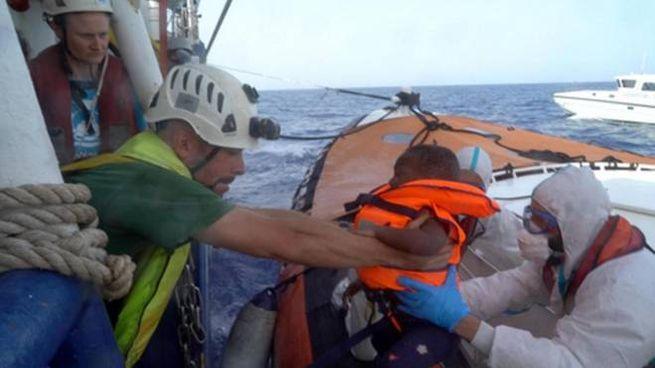 Lo sbarco di un bambino dalla Sea Watch (Ansa)