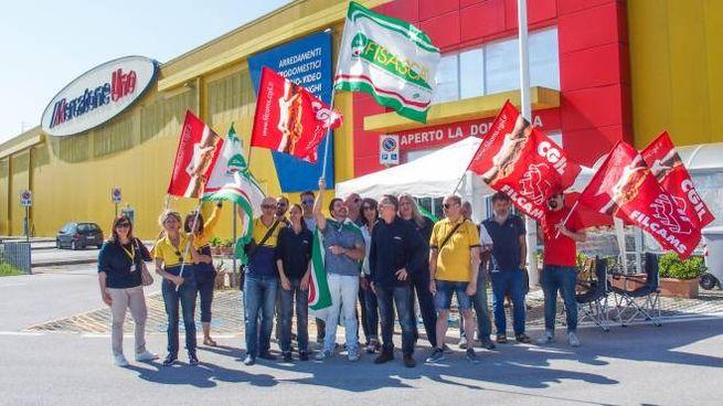 Mercatone Uno, protesta dei dipendenti a Rimini (Foto Bove)