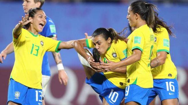 Italia-Brasile, Marta si bacia la scarpetta del gol (Ansa)