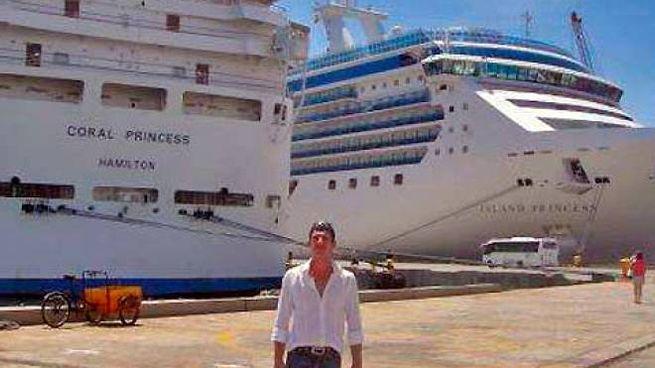 Angelo Faliva davanti alla nave da crociera Coral Princess
