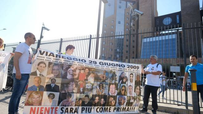 Firenze, alcuni parenti delle vittime della strage ferroviaria di Viareggio