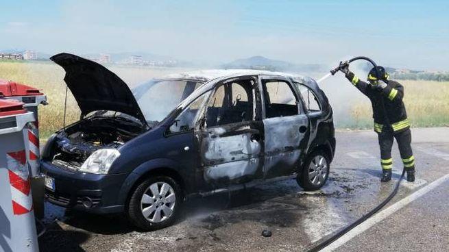 L'auto in fiamme (foto Vigili del Fuoco)