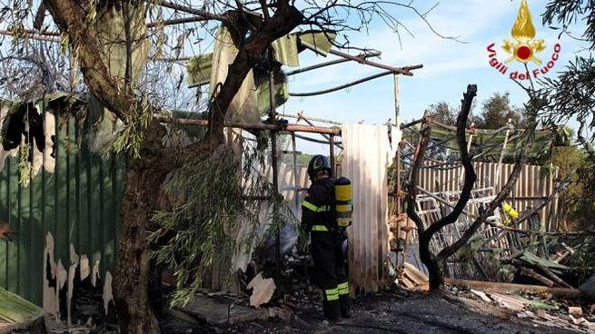 L'incendio in provincia di Livorno ha danneggiato un deposito di materiali