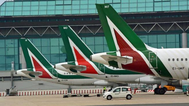Aerei Alitalia allo scalo di Fiumicino (Ansa)