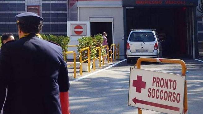 L'esterno del pronto soccorso dell'ospedale 'Umberto I' di Nocera Inferiore (Ansa)