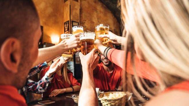 Alcuni amici bevono birra (Foto iStock)