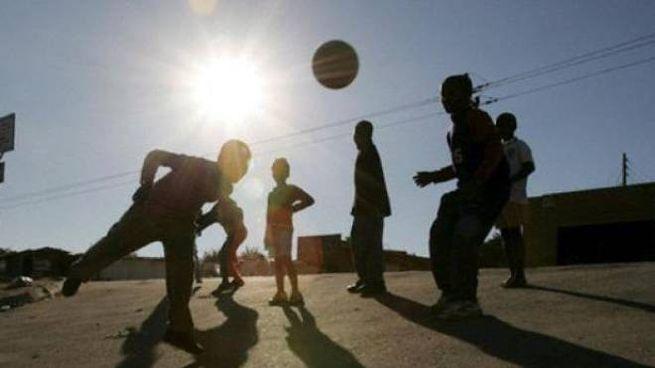 Ragazzi giocano a pallone in piazza (Foto archivio)