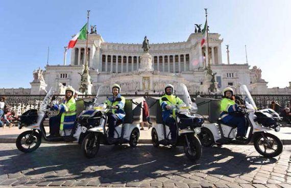 Portalettere sui nuovi tricicli elettrici adottati da Poste Italiane