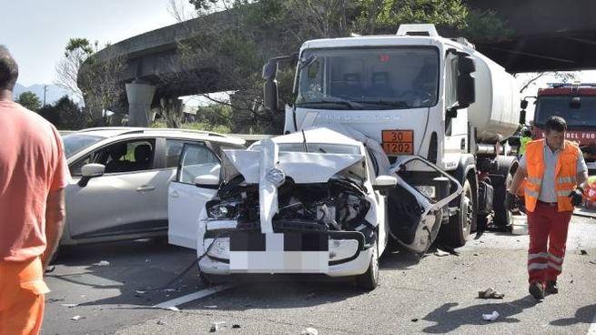 L'incidente sulla Fi-Pi-Li (foto Novi)