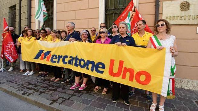 Mercatone Uno, i dipendenti in Prefettura (Foto Donzelli)
