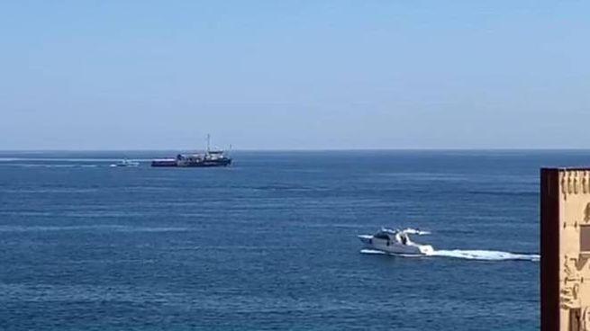 Sea Watch 3 nei pressi del porto di Lampedusa (Ansa)