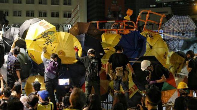 Hong Kong, barricate davanti alla stazione di polizia (Epa Ansa)
