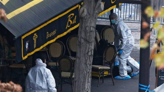 La polizia criminale francese davanti al Bataclan nel 2015 (Ansa)