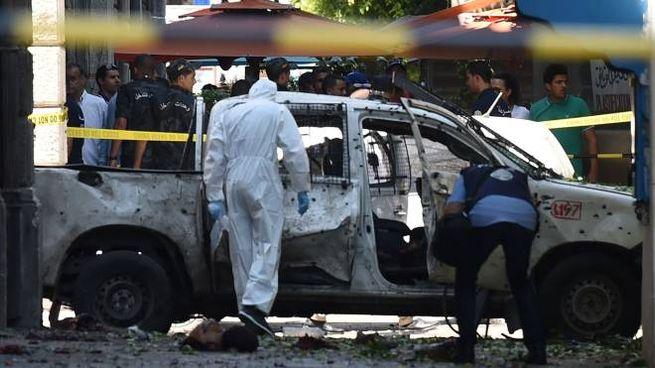 La scientifica sul posto dell'attentato terroristico a Tunisi (Lapresse)