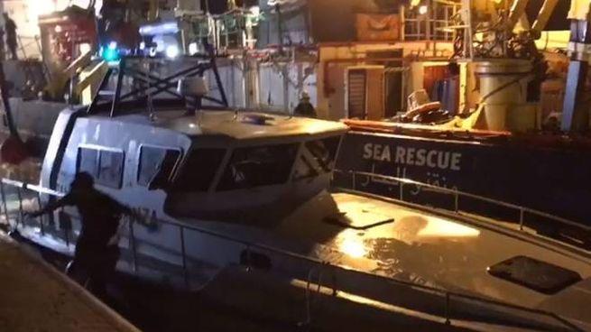 Contatto tra la Sea Watch 3 e la motovedetta della Finanza (Facebook)