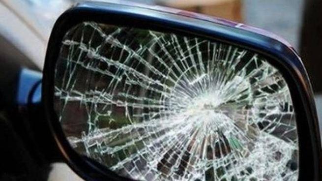 Uno specchietto rotto (Foto archivio Zampetti)