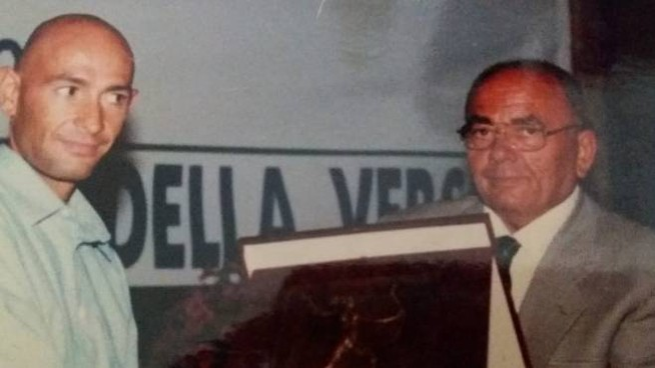 Franco Marsili mentre premia Marco Pantani