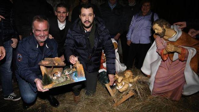 Salvini e Calderoli donano il presepe alla scuola Bergamasca (Ansa)