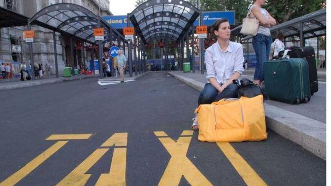 L'attesa taxi in Stazione Centrale (Fotogramma)