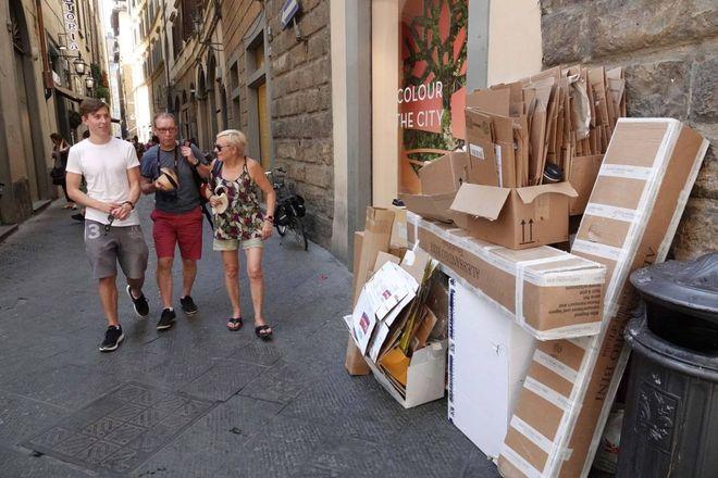 Firenze, città invasa dagli scatoloni dei negozi. E tutti sforano gli orari