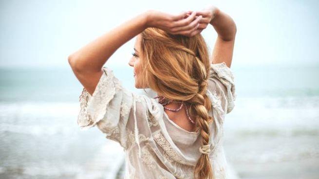 I trucchi con i capelli per proteggere testa e collo dal caldo