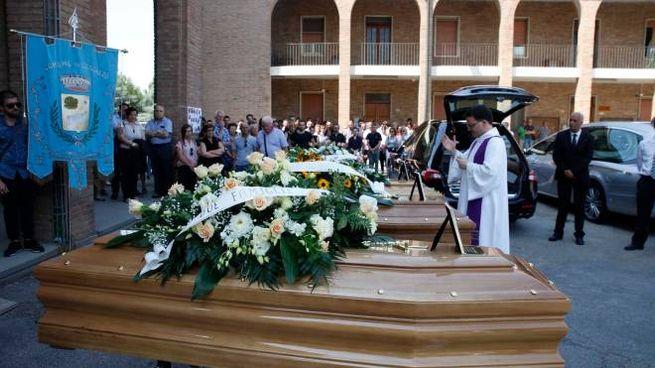 Schianto sulla Reale,i funerali di Walter Cembali e dei figli Federica e Roberto (Corelli)