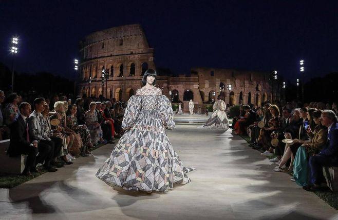 Fendi, sfilata nel Tempio di Venere a Roma e omaggio a Lagerfeld