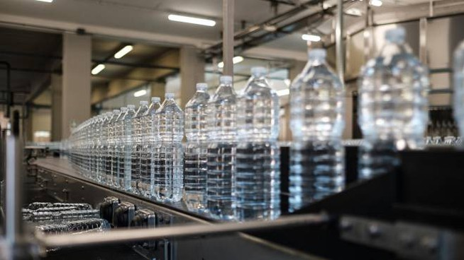 'imbottigliamento dell'acqua Silva, nello stabilimento di Pracchia