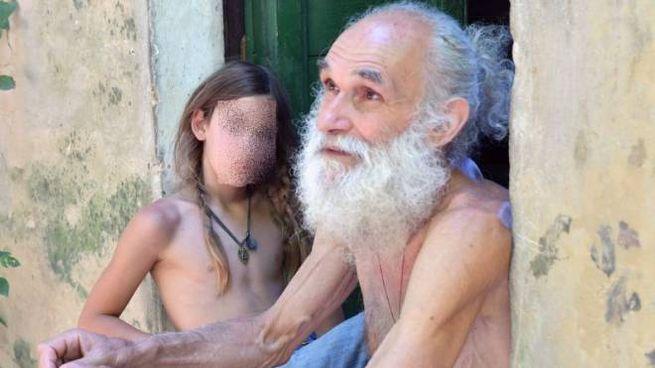 Fabrizio Cardinali, 61 anni, con il figlio Siddhartha, di 12
