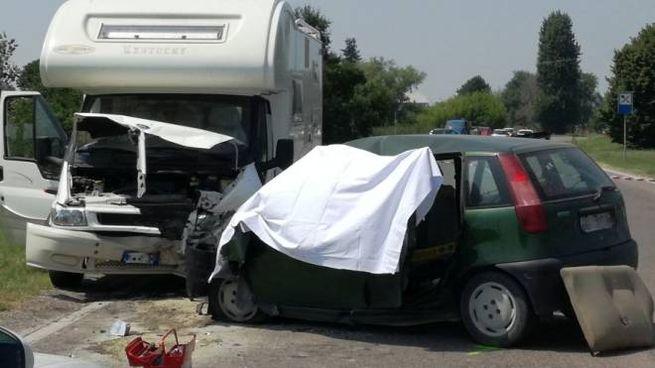 Il terribile incidente mortale a Cento (foto Guerra)