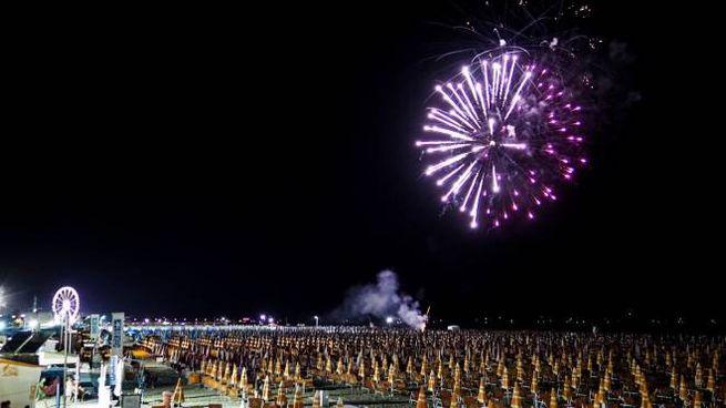 Notte Rosa 2019, i fuochi d'artificio sulla spiaggia di Rimini (Foto Petrangeli)