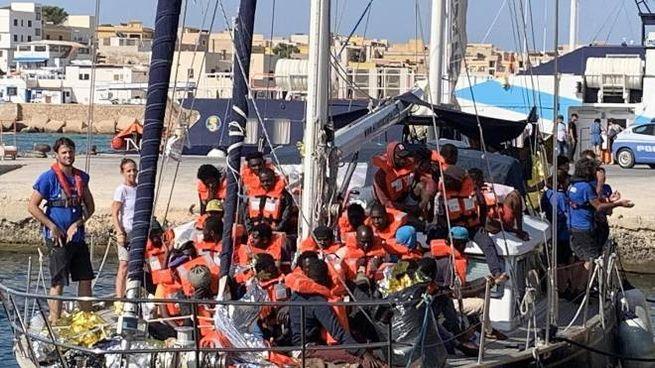 L'attracco della Alex a Lampedusa (Ansa)