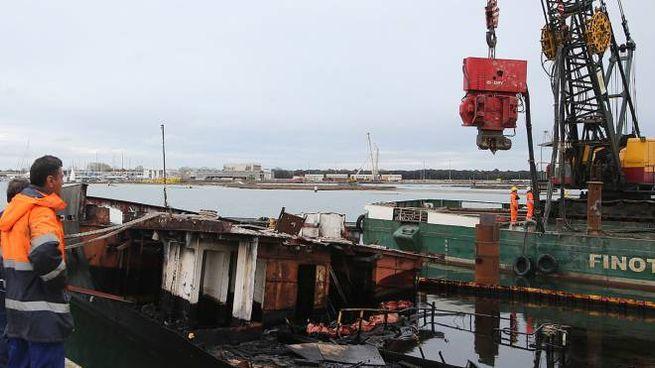 Lavori per la messa in sicurezza del relitto della nave Berkan B (foto Zani)