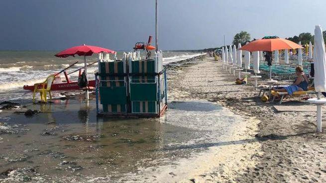 La mareggiata che è arrivata a lambire le prime file degli ombrelloni
