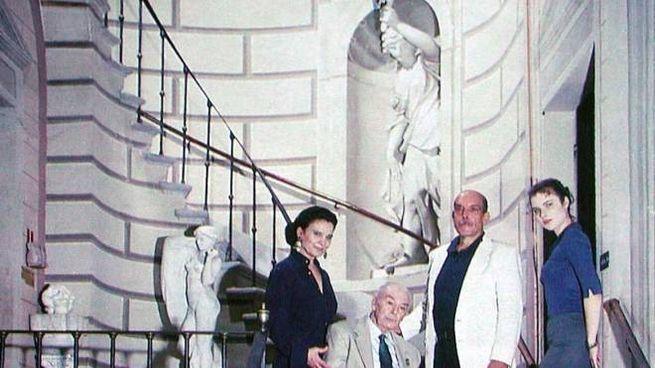 I Guerrini Bratti davanti alla statua