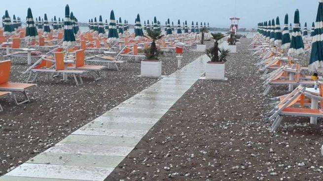 Rimini, la spiaggia di Torre Pedrera 'imbiancata' dalla grandine